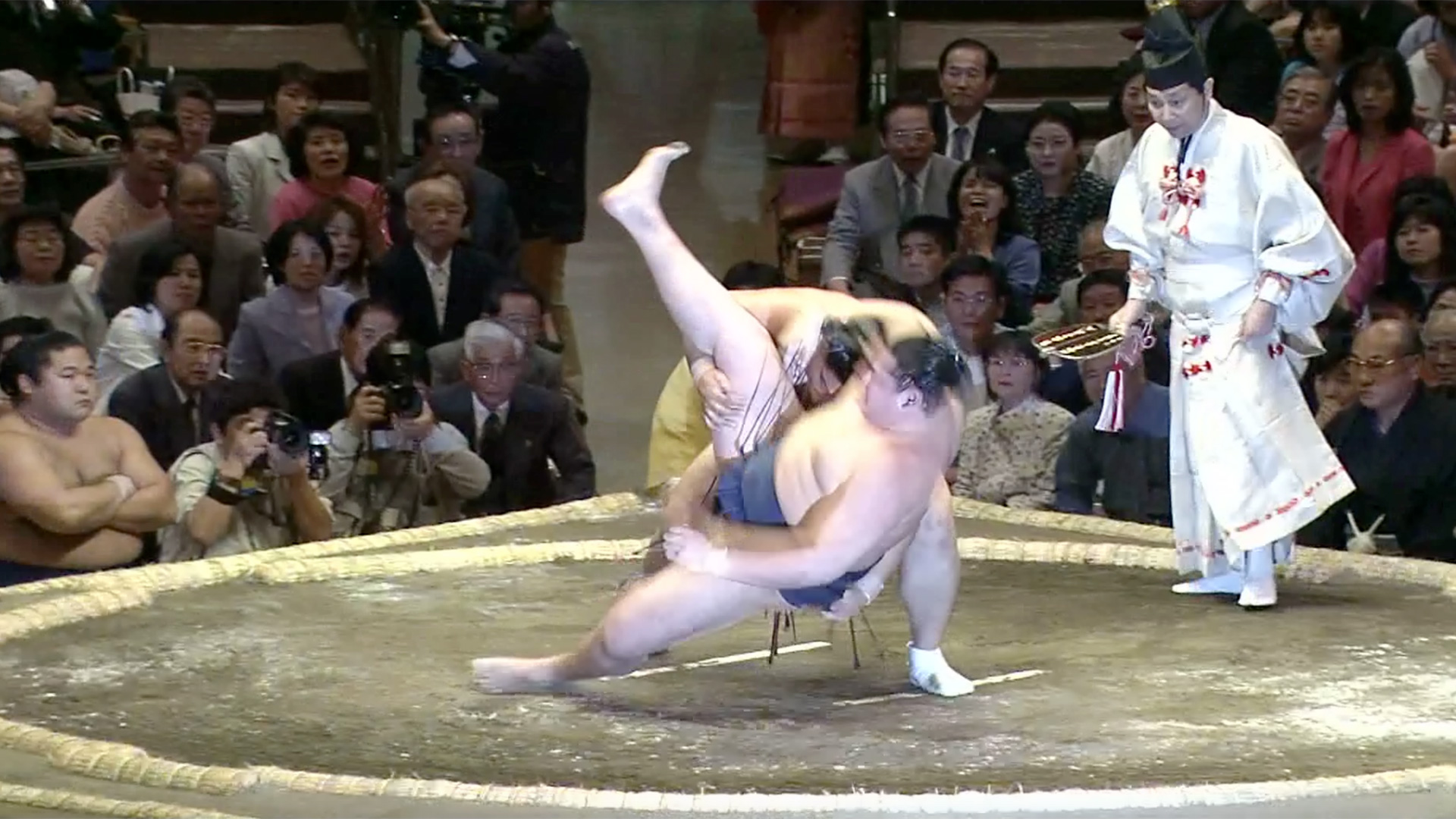 Sotokomata/ Over thigh scooping body drop