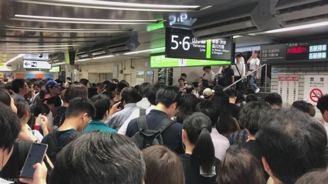 台風のあと 電車に乗る人が集まって駅がとても混む