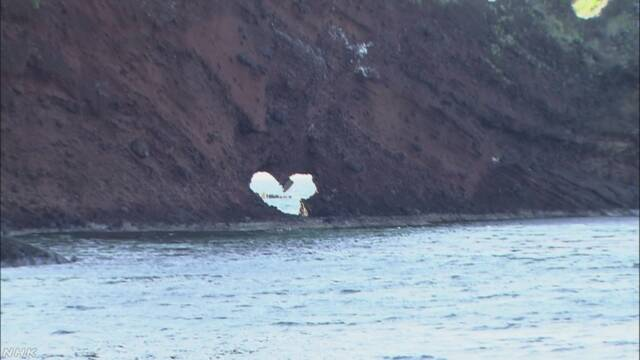 島根県の有名な岩のハートの形が戻る「愛の力の強さを見て」