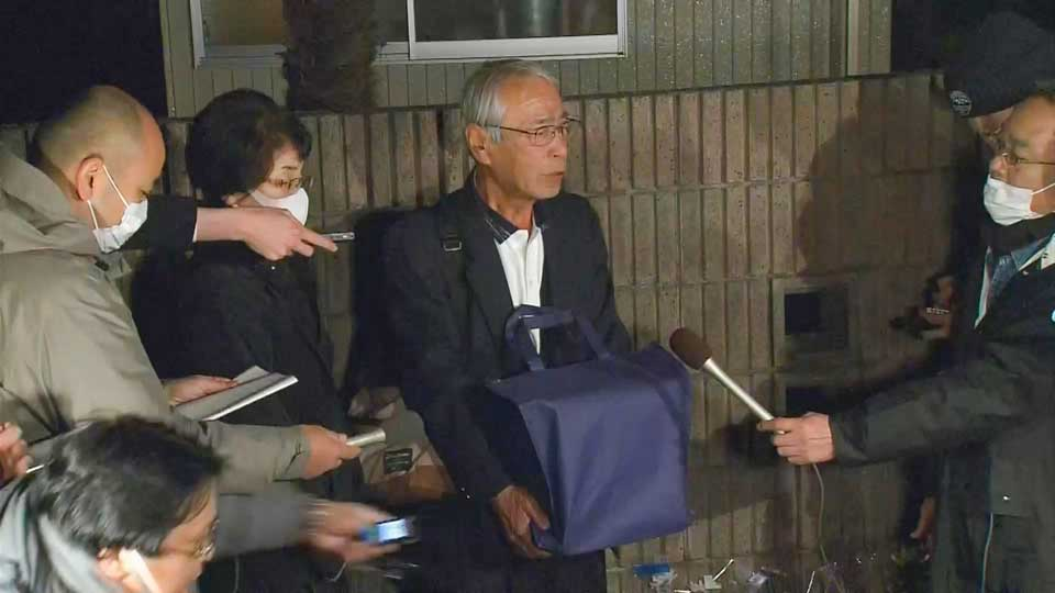 Ken Shimura's old brother holding his ashes.